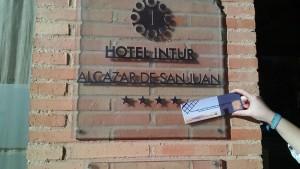 Entrega de marcapáginas www.tortasdealcazarporelmundo.es al Hotel Intur de Alcázar de San Juan para regalar a sus clientes2