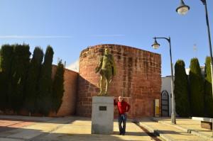 angel delmu con estatua Cervantes en Santa María
