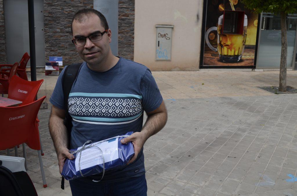 Ruben Ojeda de wikimedia españa con nuestro obsequio de tortasdealcazarporelmundo.es